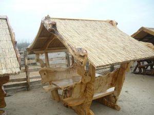 Rustikale Sitzgarnitur mit Schilf zusammengebaut, Pavillion